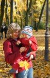 Familia en parque del otoño Fotografía de archivo libre de regalías