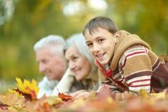 Familia en parque del otoño Fotografía de archivo