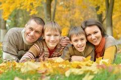 Familia en parque del otoño imagen de archivo libre de regalías