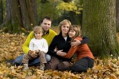 Familia en parque del otoño Fotos de archivo libres de regalías
