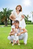Familia en parque del verano fotos de archivo