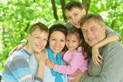Familia en parque del verano Fotografía de archivo