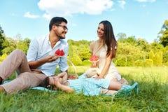 Familia en parque Padres felices y niño jovenes que se relajan al aire libre Imagen de archivo libre de regalías