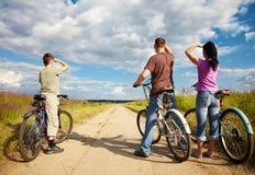 Familia en paseo de la bicicleta Foto de archivo