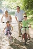 Familia en paseo de la bicicleta Imagen de archivo