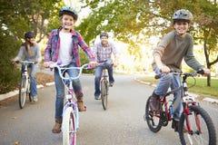 Familia en paseo del ciclo en campo foto de archivo