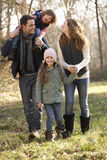 Familia en paseo del país en invierno Fotografía de archivo libre de regalías