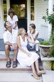Familia en pasos de progresión del pórtico Imagen de archivo
