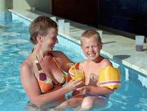 Familia en piscina Foto de archivo
