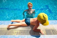 Familia en piscina Foto de archivo libre de regalías