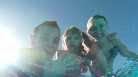 Familia en piscina almacen de metraje de vídeo