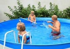 Familia en piscina Fotografía de archivo libre de regalías