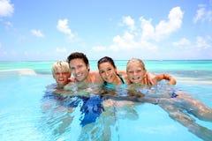 Familia en piscina del infinito Imagenes de archivo