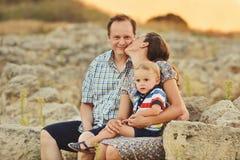 Familia en puesta del sol Fotografía de archivo libre de regalías