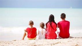 Familia en rojo en la playa almacen de metraje de vídeo