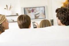 Familia en sala de estar con teledirigido Fotografía de archivo libre de regalías