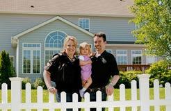 Familia en su patio trasero Fotografía de archivo libre de regalías