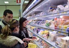 Familia en supermercado Imágenes de archivo libres de regalías