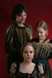 Familia en ti medieval y viejo imagenes de archivo