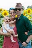 Familia en un campo de girasoles Imagen de archivo