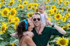 Familia en un campo de girasoles Imagen de archivo libre de regalías