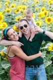 Familia en un campo de los girasoles Imagenes de archivo