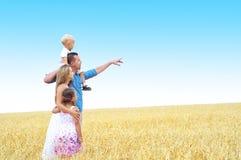 Familia en un campo de trigo Fotografía de archivo libre de regalías