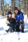 Familia en un día de fiesta de invierno Fotos de archivo libres de regalías