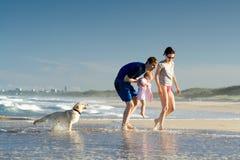 Familia en un día de fiesta de la playa Imagenes de archivo
