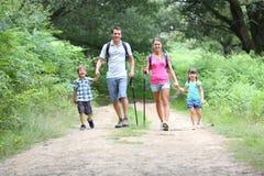 Familia en un día del senderismo fotos de archivo