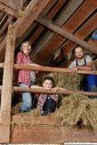 Familia en un pajar Imagenes de archivo