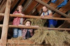 Familia en un pajar Fotografía de archivo libre de regalías