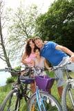 Familia en un paseo de la bicicleta Foto de archivo