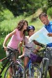 Familia en un paseo de la bicicleta Fotos de archivo libres de regalías