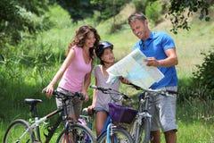 Familia en un paseo de la bicicleta Imagen de archivo