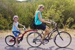 Familia en un paseo en tándem de la bicicleta Foto de archivo libre de regalías