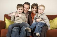 Familia en un sofá 2 Fotos de archivo libres de regalías