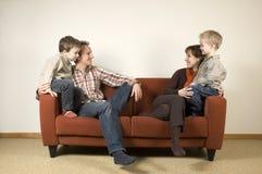 Familia en un sofá 1 Fotos de archivo libres de regalías