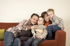 Familia en un sofá 4 Foto de archivo libre de regalías