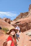 Familia en un viaje que camina el vacaciones de verano Imagen de archivo