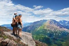 Familia en un viaje que camina en las montañas Imagen de archivo