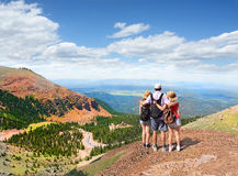 Familia en un viaje que camina en las montañas Fotos de archivo
