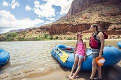 Familia en un viaje que transporta en balsa abajo del río Colorado Fotos de archivo