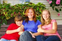 Familia en una casa Imagen de archivo libre de regalías