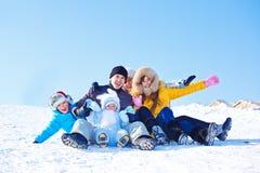 Familia en una colina nevosa Fotos de archivo libres de regalías