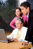 Familia en una computadora portátil Imagen de archivo libre de regalías