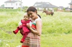 Familia en una granja del caballo fotografía de archivo libre de regalías