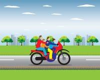 Familia en una moto Fotos de archivo libres de regalías