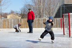 Familia en una pista de patinaje Imagenes de archivo