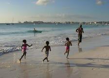 Familia en una playa Fotos de archivo